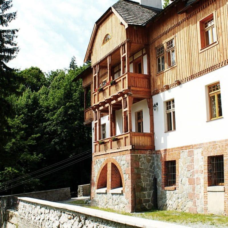 Noclegi wSrebrnej Górze wpensjonacie Villa Hubertus